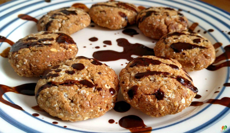 Ovsené keksíky s arašidovým maslom a karobovou polevou