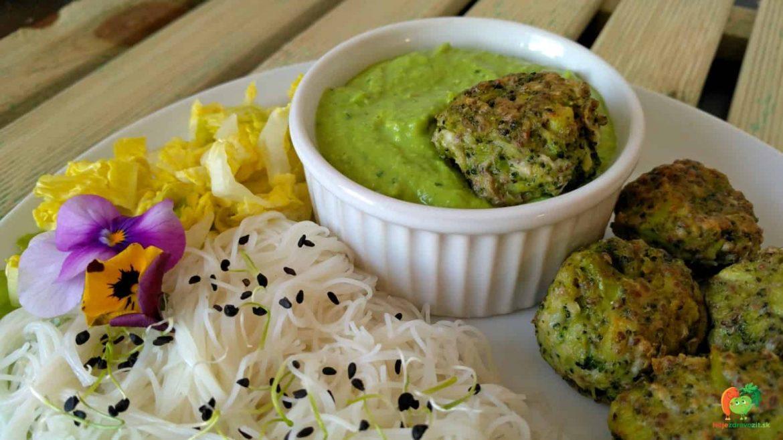 Brokolicovo-zelerové guľky s hráškovým dipom