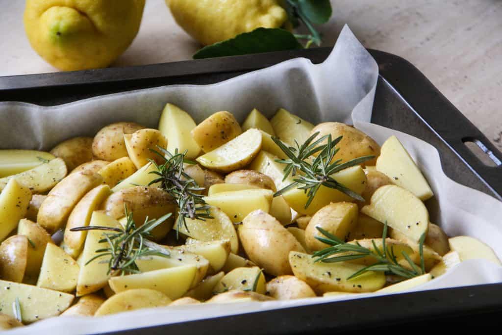 V šupke pečené nové zemiaky s bylinkovým dipom