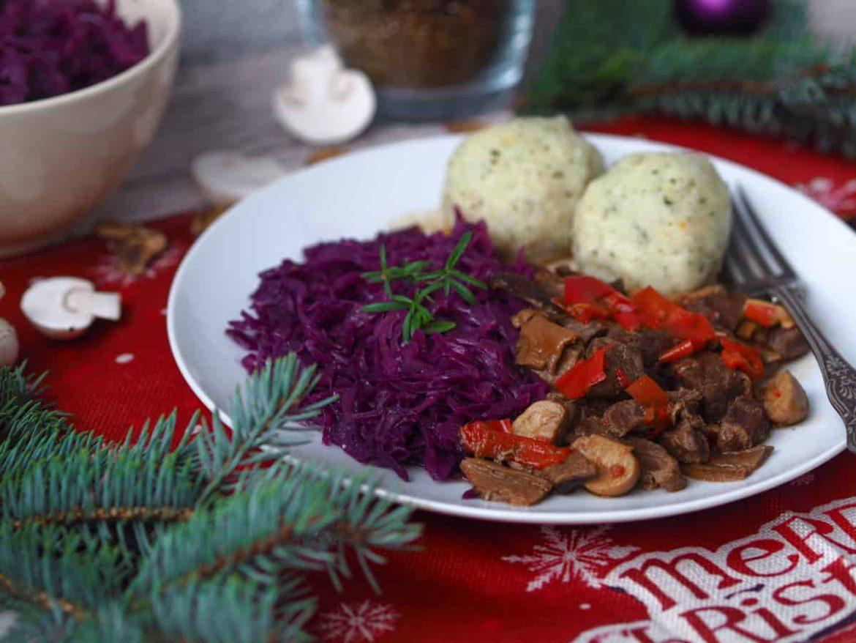 Hovädzie na hubách so zemiakovými knedličkami a kapustou