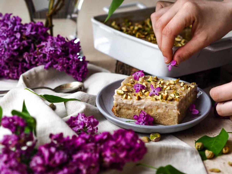 Bezlepkový koláčik s rebarborou, pistáciami a kvetmi orgovánu