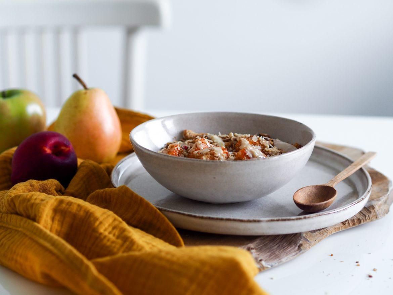 Teplé ovocie s granolou a orechovým maslom