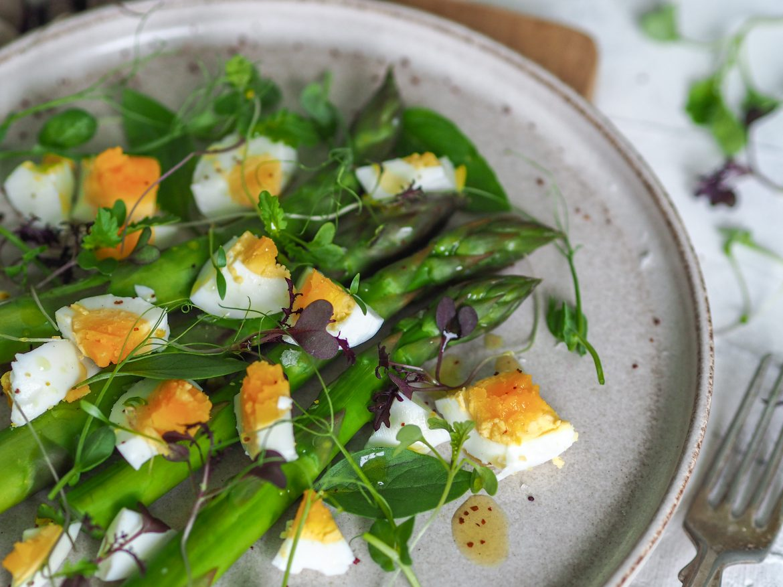 Zelená špargľa s vajíčkom